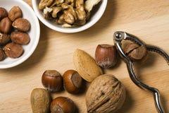 Barstende noten dicht omhoog Stock Afbeelding