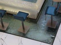 Barstoelen en water die stromen onderaan stock videobeelden
