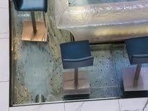 Barstoelen en water die stromen onderaan stock video