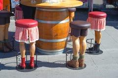 Barstool bajo la forma de piernas humanas, divertidas Fotos de archivo libres de regalías