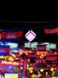 Barstraat, de Lichten van de Nachtstad, de Vlaggen van Kambodja en Slingers op een Toeristenstraat stock fotografie