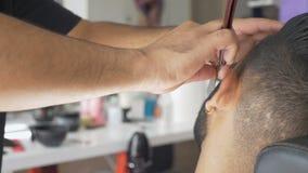 Bart geschnitten mit einer Rasur des geraden Rasiermessers stock footage