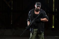 Bart-Mann mit einem Maschinengewehr Lizenzfreie Stockfotografie