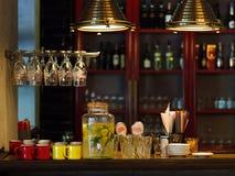 Barteller met koppen, stro, platen op een vage achtergrond J stock fotografie