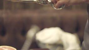 Bartenden que faz o cocktail vídeos de arquivo