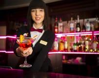 Bartender αντίθετη προσφέροντας coctail μπαργούμαν λεσχών κοριτσιών τη νύχτα Στοκ φωτογραφίες με δικαίωμα ελεύθερης χρήσης
