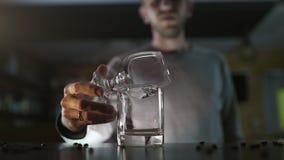 Bartender βάζει φωτιά επάνω στο sambuca με τον καυστήρα αερίου, που κατασκευάζει τα κοκτέιλ σε έναν φραγμό, ποτό οινοπνεύματος, κ απόθεμα βίντεο