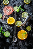 Bartender εξαρτήματα έτοιμα να κάνουν ένα ποτό Στοκ Εικόνα