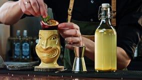 Bartender εξωραΐζει το κοκτέιλ Tiki Στοκ φωτογραφίες με δικαίωμα ελεύθερης χρήσης