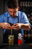 Bartender εργάζεται στοκ φωτογραφία