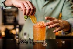 Bartender διακοσμεί ένα κοκτέιλ κανένα πρόσωπο Στοκ Φωτογραφίες