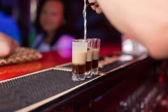 Bartender κάνει έναν πυροβολισμό κοκτέιλ Στοκ εικόνες με δικαίωμα ελεύθερης χρήσης