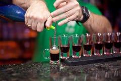 Bartender κάνει έναν πυροβολισμό κοκτέιλ Στοκ Εικόνες