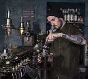 Bartender κάνει ένα κοκτέιλ Στοκ Εικόνα
