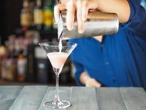 Bartender κάνει ένα συμπαθητικό κοκτέιλ Στοκ φωτογραφία με δικαίωμα ελεύθερης χρήσης