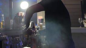 Bartender κάνει το κοκτέιλ κοντά στο φραγμό σε σε αργή κίνηση στον καπνό υποβάθρου απόθεμα βίντεο
