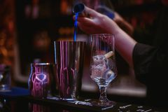Bartender κάνει το κοκτέιλ ` την μπλε λιμνοθάλασσα ` 02 Στοκ εικόνες με δικαίωμα ελεύθερης χρήσης