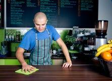 bartender καθαρίζοντας countertop Στοκ Εικόνα