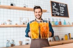 Bartender με την αναζωογόνηση των λεμονάδων Στοκ εικόνες με δικαίωμα ελεύθερης χρήσης