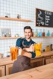 Bartender με την αναζωογόνηση των λεμονάδων Στοκ φωτογραφίες με δικαίωμα ελεύθερης χρήσης