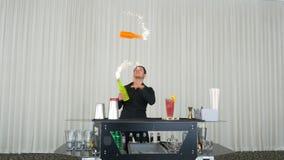 Bartender που εκτελεί κλίσεων με τα πυροτεχνήματα στο κόμμα απόθεμα βίντεο