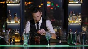 Bartender που καίει την πορτοκαλιά φλούδα για το κοκτέιλ απόθεμα βίντεο