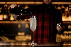 Bartender που κατασκευάζει ένα φρέσκο και νόστιμο γαλλικό κοκτέιλ 75 στοκ εικόνες με δικαίωμα ελεύθερης χρήσης