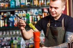 Bartender που κατασκευάζει το κοκτέιλ στοκ εικόνες με δικαίωμα ελεύθερης χρήσης