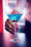 Bartender που μπλε martini Στοκ φωτογραφία με δικαίωμα ελεύθερης χρήσης