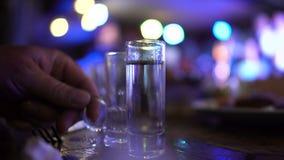 Bartender που οι διαφορετικές μερίδες της βότκας για τους επισκέπτες, πυροβοληθείσα προετοιμασία απόθεμα βίντεο