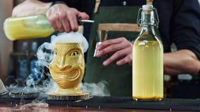 Bartender προετοιμάζει ένα κοκτέιλ στο φραγμό Στοκ Εικόνες