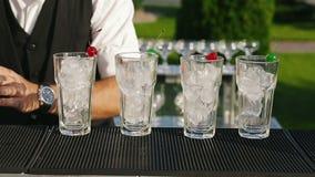 Bartender προετοιμάζει το κοκτέιλ κυανό φιλμ μικρού μήκους