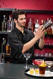 bartender τα ποτά κοκτέιλ κάνουν τις τινάζοντας νεολαίες στοκ εικόνες