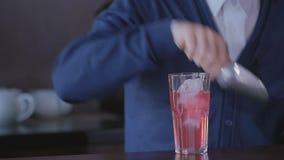 Bartender χύνει ένα κοκτέιλ σε μια κινηματογράφηση σε πρώτο πλάνο γυαλιού απόθεμα βίντεο