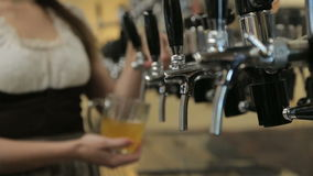 Bartender χύνει μια μπύρα από τη βρύση μπύρας φιλμ μικρού μήκους