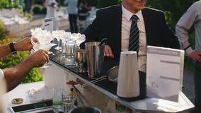 Bartender χύνει τα οινοπνευματώδη συστατικά για τη μίξη φιλμ μικρού μήκους