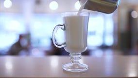 Bartender χύνει το γάλα σε ένα ποτήρι απόθεμα βίντεο
