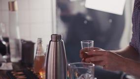 Bartender χύνει το ποτό στο δονητή στη στάση φραγμών αλκοολών _ Κατασκευή του κοκτέιλ φιλμ μικρού μήκους