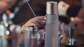 Bartender χύνοντας κοκτέιλ στο γυαλί στη στάση φραγμών ποτά αλκοολών _ φιλμ μικρού μήκους