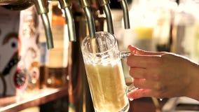 Bartender χύνοντας ποτήρι της μπύρας σχεδίων απόθεμα βίντεο