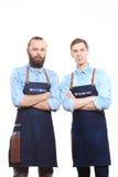 Bartender δύο στο άσπρο υπόβαθρο πίσω από το φραγμό Στοκ φωτογραφία με δικαίωμα ελεύθερης χρήσης