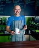 bartender εκμετάλλευση φλυτζανιών καφέ Στοκ Φωτογραφίες