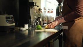 Bartender Cutting en ingefära i ett kafé stock video