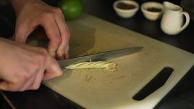 Bartender Cutting en Lemongrass i ett kafé stock video