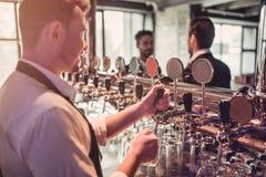 Bartender i bar royaltyfria bilder