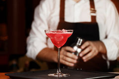 Bartender i danandecoctail på en nattklubb Tonat foto Fotografering för Bildbyråer