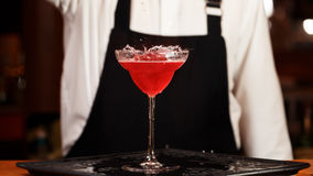 Bartender i danandecoctail på en nattklubb Tonat foto Royaltyfri Fotografi