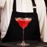 Bartender i danandecoctail på en nattklubb Tonat foto Royaltyfri Bild