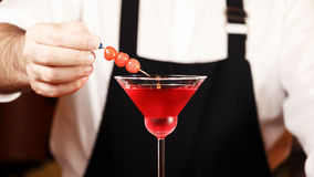 Bartender i danandecoctail på en nattklubb Tonat foto Royaltyfria Bilder