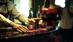 Bartender i stången arkivbild